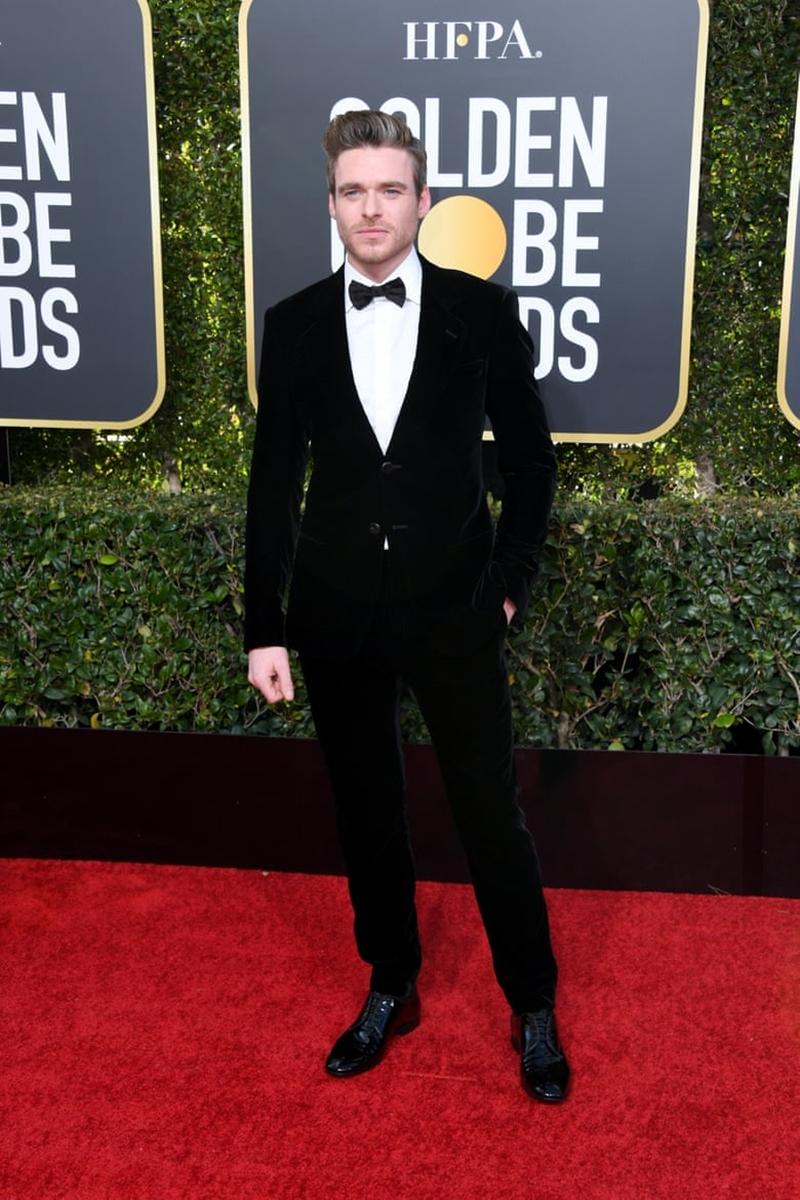 """Richard Madden - nam chính trong series phim """"The Bodyguard"""" lịch lãm trong tuxedo với vẻ nam tính hút hồn."""
