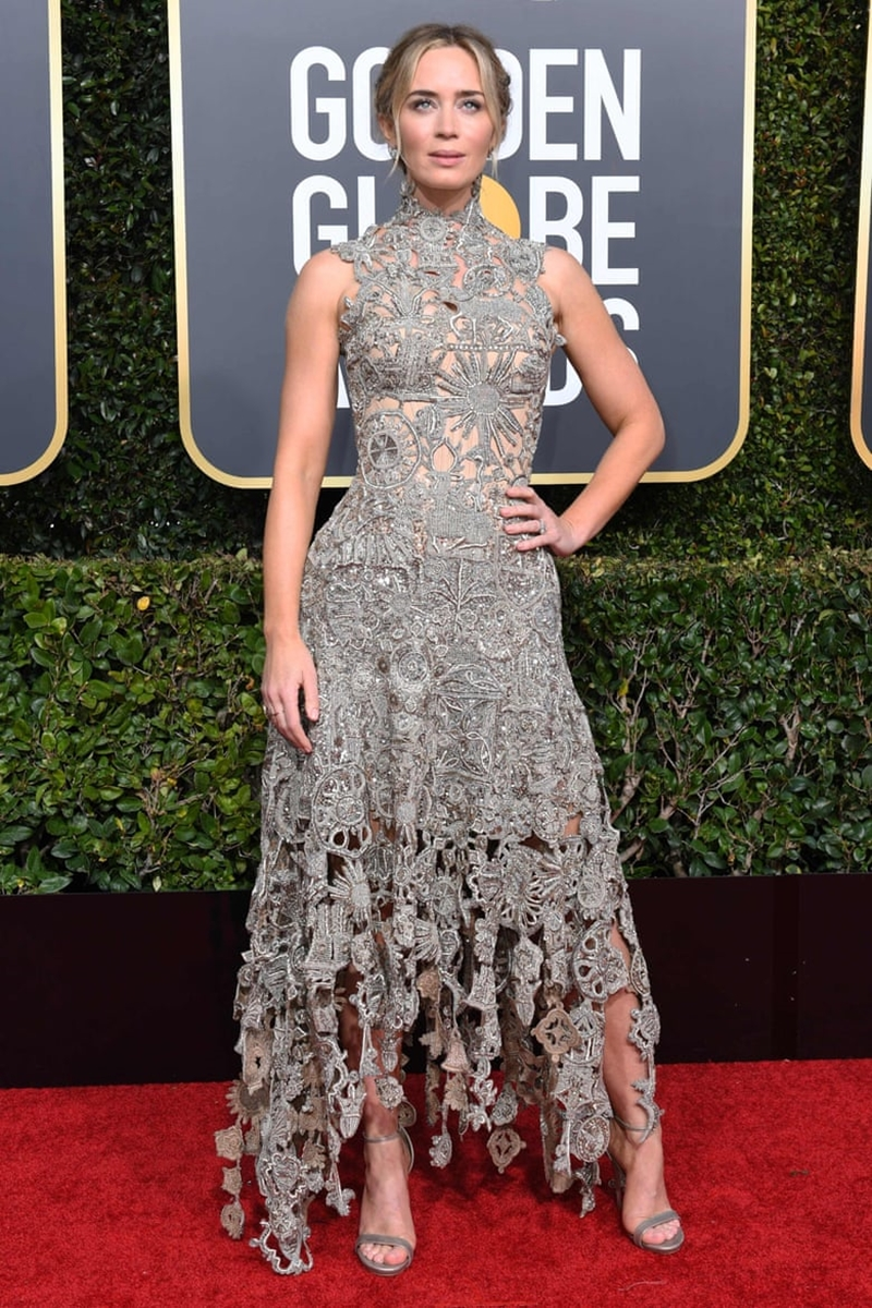 """""""Cô bảo mẫu Mary Poppins"""" Emily Blunt thu hút mọi ống kính trong thiết kế đầm của Alexander McQueen."""