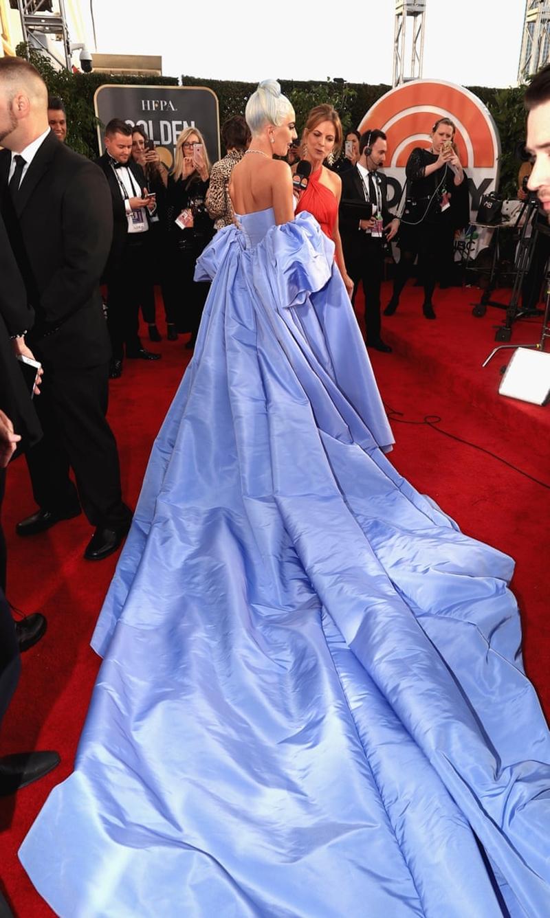 Phần đuôi váy dài không hề khiến Lady Gaga nao núng bởi cô thường xuyên thử thách bản thân với những thiết kế mà ai cũng phải ái ngại.