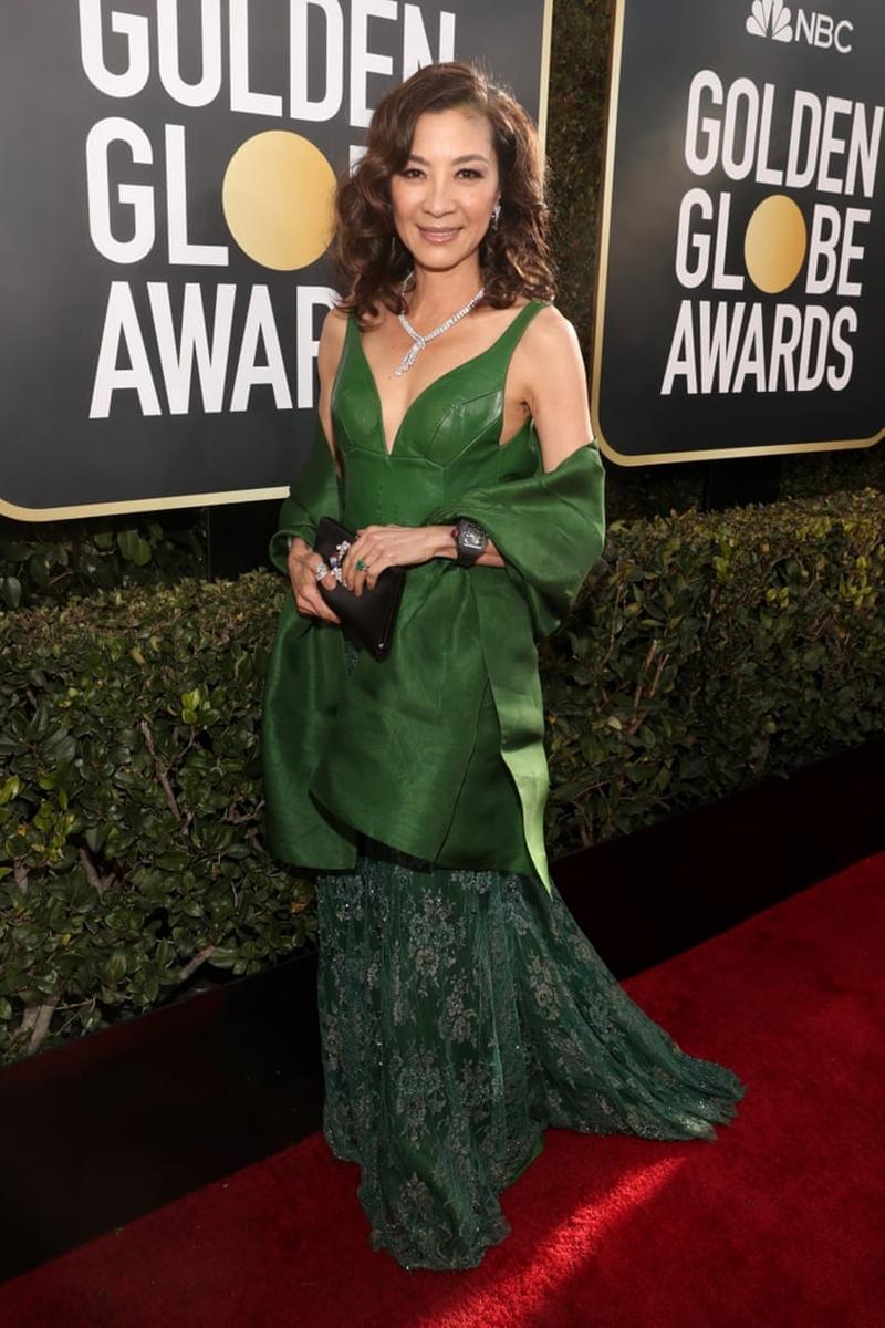 """""""Mẹ chồng"""" Dương Tử Quỳnh xuất hiện trong thiết kế đầm xanh màu ngọc lục bảo. Không chỉ vậy, nữ diễn viên 56 tuổi còn mang chiếc nhẫn gia bảo trong phim """"Crazy Rich Asians"""" cùng đồng hồ Richard Mille, mang đúng phong cách của nhân vật Eleanor trong phim."""
