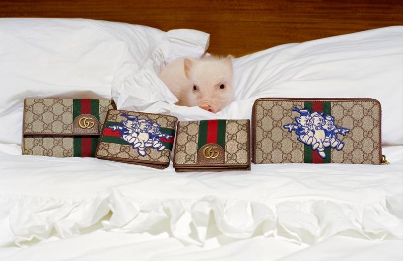 """Họa tiết GG Supreme trứ danh của Gucci được """"tô điểm"""" bởi hình ảnh ba nhân vật chính trong bộ phim hoạt hình """"Three Little Pigs"""" của Disney."""