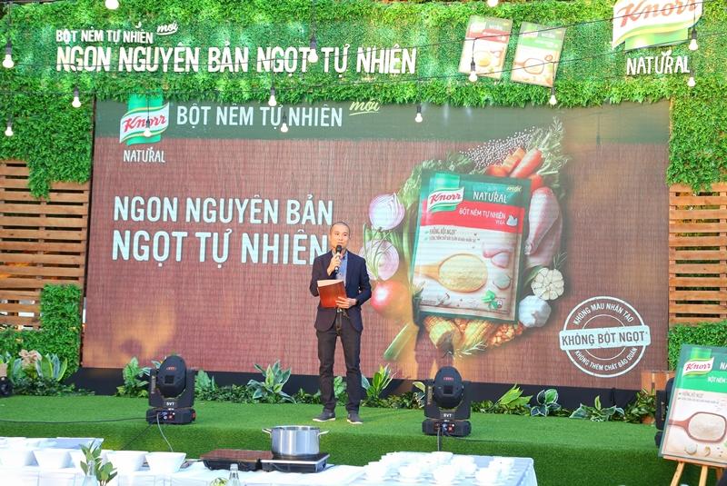 """Đại diện hãng Knorr cho biết: """"Những nguyên liệu có nguồn gốc tự nhiên như bột chiết xuất gà, bột nước rau củ cô đặc, gia vị, thảo mộc kết hợp trong một tỉ lệ vàng cùng với chiết xuất nấm men tự nhiên là điểm độc đáo giúp cho Knorr Natural ghi điểm trong lòng những người yêu mến ẩm thực"""""""