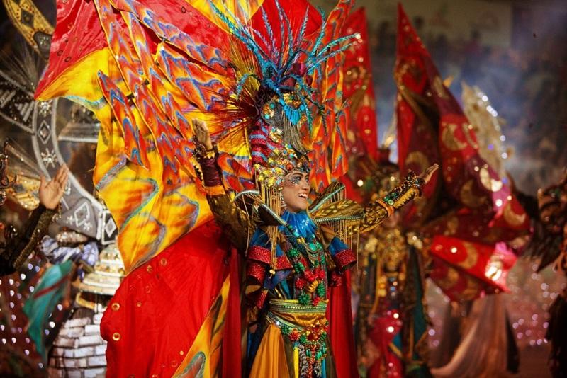 Chắc chắn, bạn sẽ không thể rời mắt khỏi các tiết mục biểu diễn màu sắc, các bộ trang phục cầu kỳ, ánh sáng rực rỡ.
