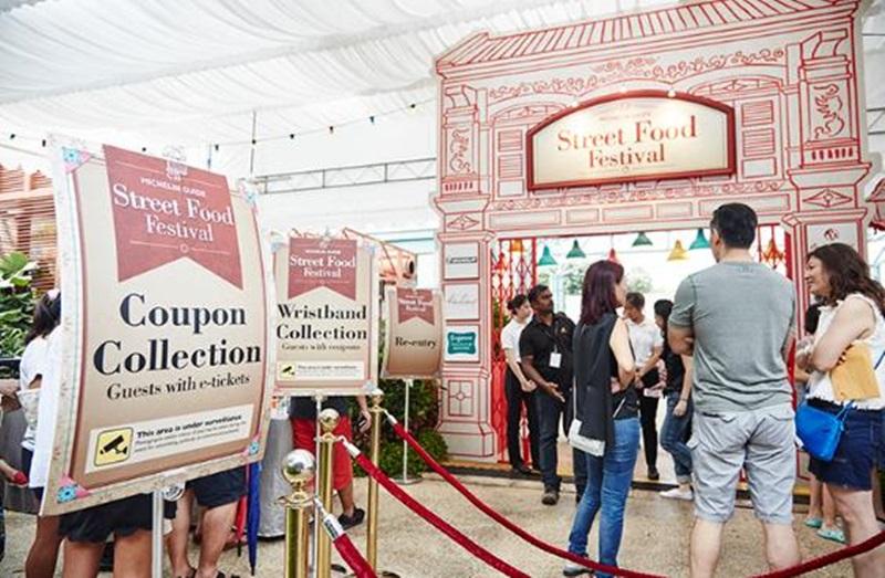 """Đến với lễ hội, du khách sẽ được trải nghiệm ăn uống như bộ phim """"Crazy Rich Asian"""" khi được phục vụ rượu vang, bia, nước khoáng Evian hoặc Badoit tại khu vực sang trọng."""