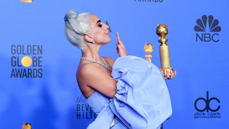 """Đây là cách mà ngôi sao của """"A Star Is Born"""" Lady Gaga ăn mừng khi đạt giải """"Quả Cầu Vàng"""""""