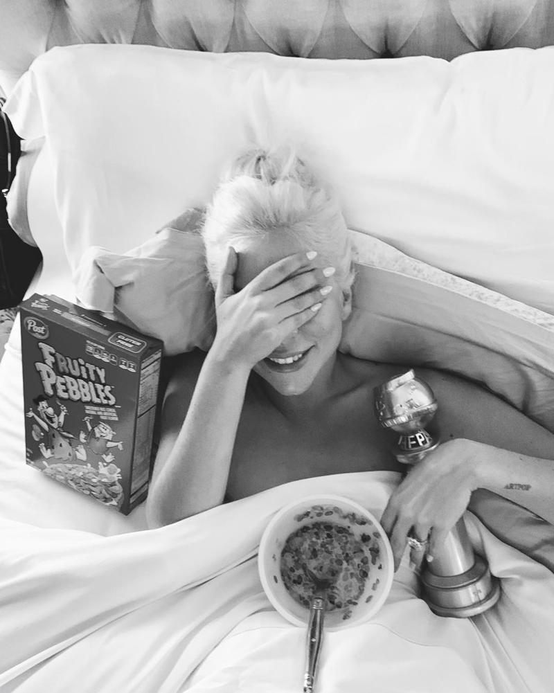 Trong khi các đồng nghiệp vẫn còn mải mê tiệc tùng thì nàng ca sĩ vốn mang quái dị một thời lại lẻn về nhà, ngủ một giấc ngon lành cùng tượng vàng đến tận sáng. Bức ảnh này được vị hôn phu của cô chia sẻ trên trang Instagram.