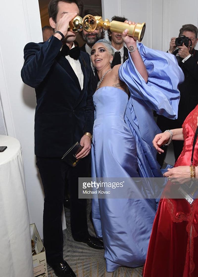 Cứ tưởng trắng tay giải diễn xuất Lady Gaga sẽ buồn, nhưng cô nàng vẫn vui vẻ bày trò ở hậu trường bên các cộng sự.
