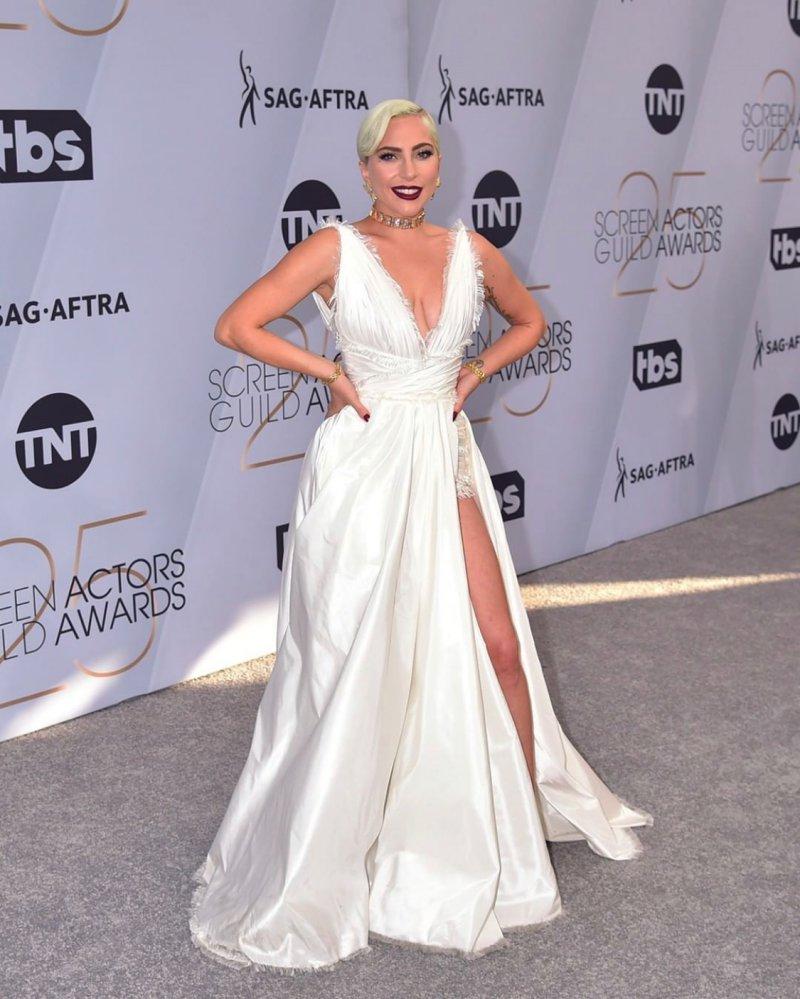 Lady Gaga thực sự tỏa sáng trong thiết kế đầm couture màu trắng của Dior.