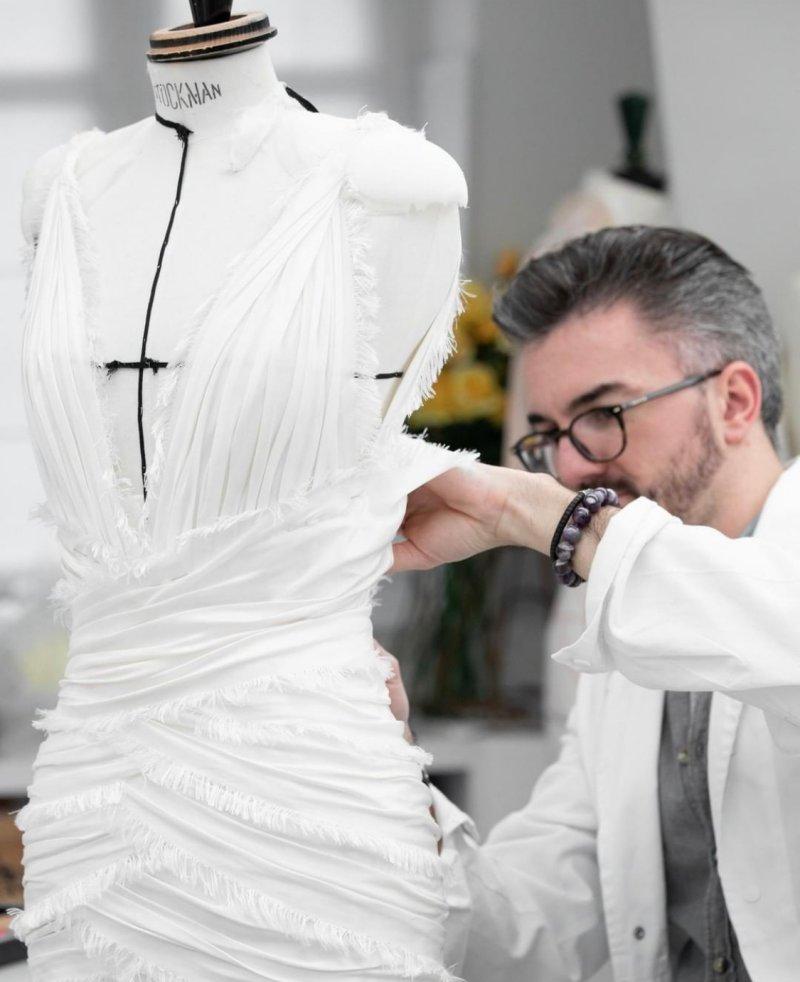 Chiếc đầm được làm bằng chất liệu vải taffeta mang màu trắng ngà sang trọng.