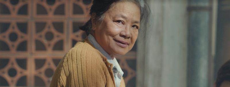 """Nghệ sĩ Tú Trinh trở thành """"trùm cuối"""" của teaser trailer với một nụ cười bí hiểm đáng ngờ."""