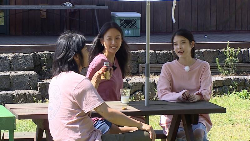 """Nhờ chương trình này, khán giả mới có cơ hội khám phá cuộc sống riêng của """"nữ nghệ sĩ đắt giá nhất Hàn Quốc"""" một thời. IU là khách mời đầu tiên của """"Hyori's Homestay"""", cô ở lại nhà Lee Hyori sinh sống như một người thân của gia đình. Ngay từ thời điểm bắt đầu, Lee Hyori đã làm khó IU bằng câu hỏi """"""""Em nghĩ anh Lee Sang Soon có đẹp trai không?"""""""