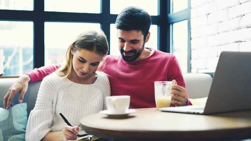 Cùng nhau quản lý tài chính sẽ giúp các đôi tình nhân hạnh phúc và gắn kết hơn
