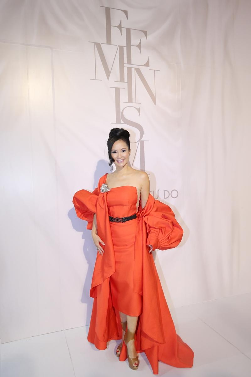 """Diva Hồng Nhung nổi bật trên thảm đỏ show diễn """"Feminism"""" của NTK Lý Quí Khánh trong thiết kế đầm cùng áo khoác mang tông màu cam san hô."""
