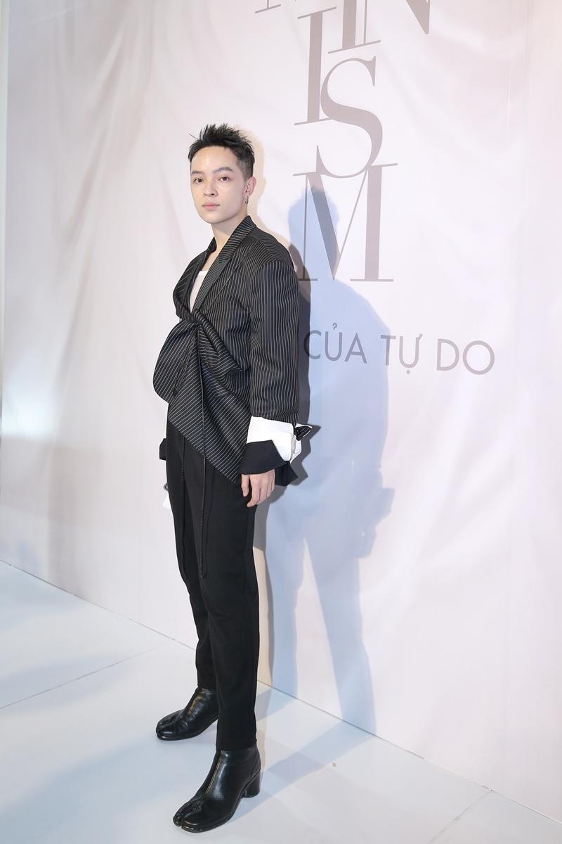 Kelbin Lei diện trang phục tông đen chủ đạo, cùng đôi giày Tabi trứ danh của Maison Margiela.