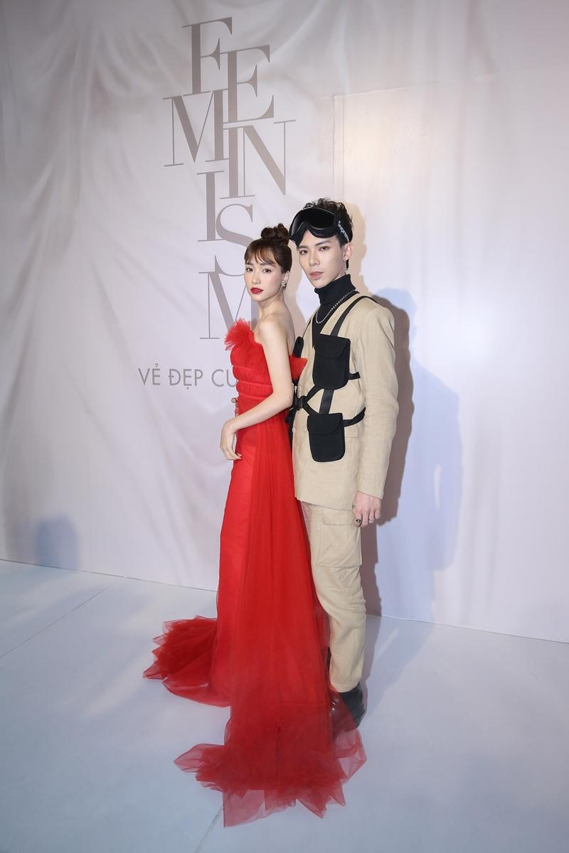 """Hai thành viên của """"gia đình Hoa dâm bụt"""" Hòa Minzy và Erik gây ấn tượng với những bộ trang phục mang dấu ấn cá nhân."""