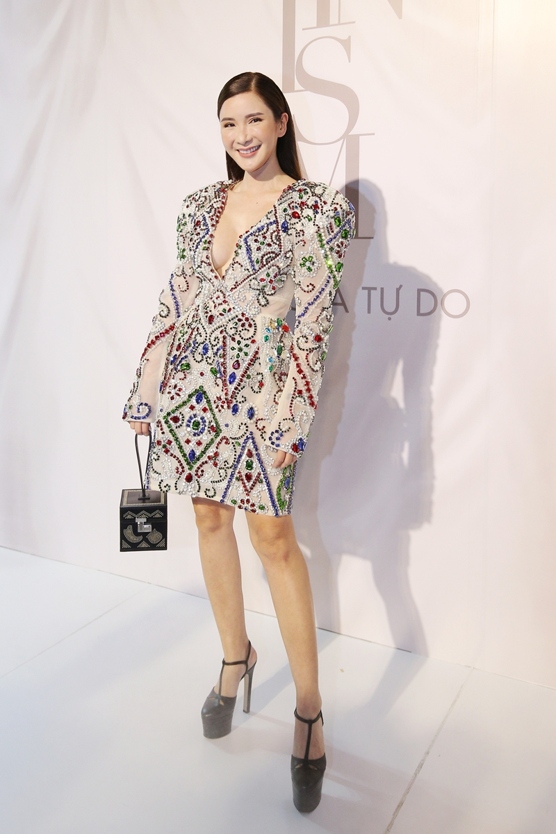 Fashionista nức tiếng Jamie Chua từ Singapore mặc thiết kế đầm thêu đính kỳ công của NTK Lý Quí Khánh.