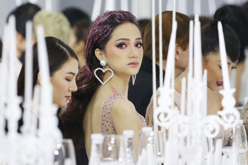 Hoa hậu Hương Giang nữ tính tuyệt đối với mái tóc phủ kim tuyến hồng lấp lánh.