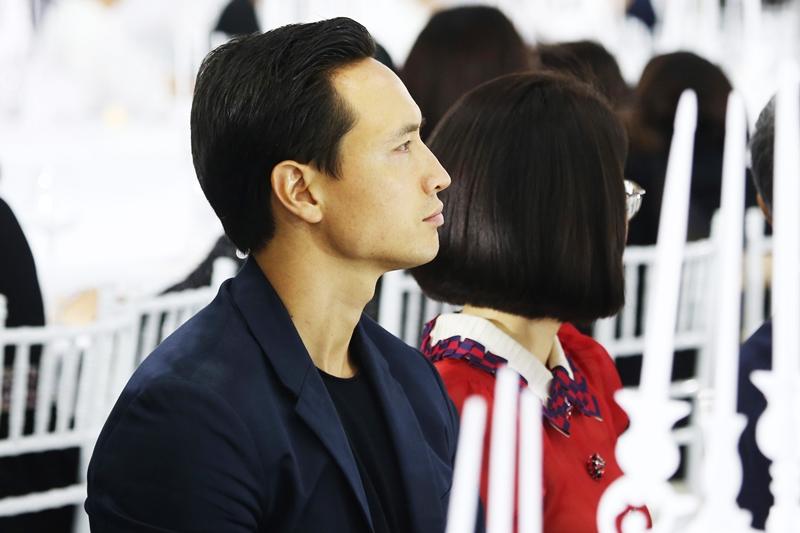 Diễn viên Kim Lý cũng không thể vắng mặt tại show diễn lần này bởi một trong những nàng thơ không thể thiếu của NTK Lý Quí Khánh chính là Hồ Ngọc Hà.