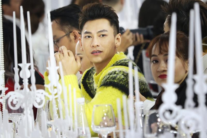 Isaac nổi bật với chiếc áo len màu vàng neon …