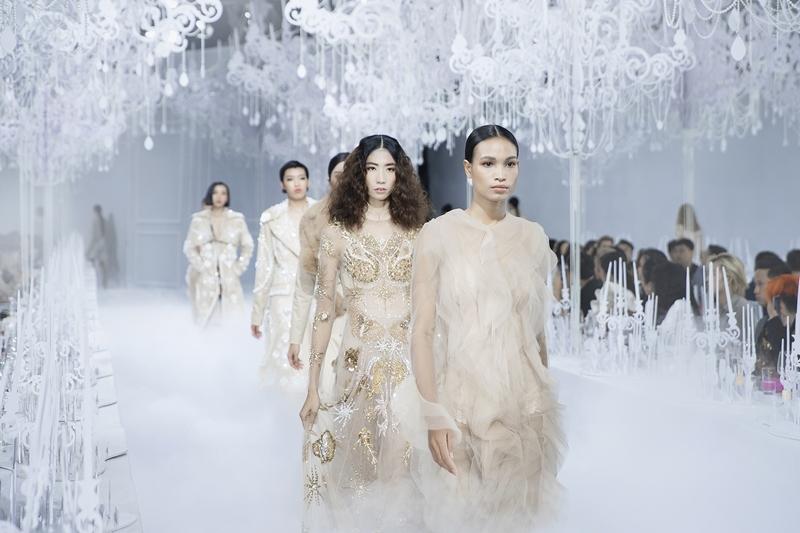 """Show diễn """"Feminism - Vẻ đẹp của Tự do"""" kỷ niệm 10 năm làm nghề của NTK Lý Quí Khánh."""