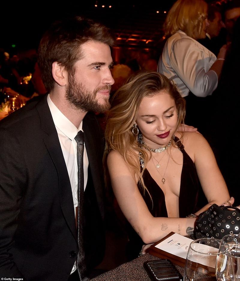 """Nếu trong bức thư chúc mừng sinh nhật Liam 29 tuổi, Miley bày tỏ """"Cám ơn anh vì đã cho em những tháng ngày hạnh phúc""""thì bây giờ hẳn cô đã hạnh phúc thêm khi nghe Liam chia sẻ với tờ USWeekly""""Tôi cảm thấy mình trưởng thành hơn sau khi kết hôn với Miley, giống như trở thành một người đàn ông thực sự."""" Còn điều gì quan trọng hơn khi sự xuất hiện của người này trong cuộc đời người kia đều có một ý nghĩa đặc biệt."""