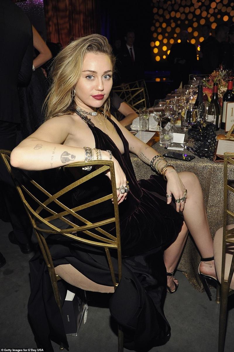 """Trong giây phút được vinh danh ở """"G'Day USA Gala"""", Liam đã hướng mắt về Miley đầy tình tứ và nói: """"Cám ơn người vợ xinh đẹp của tôi. Em thì ngọt ngào, một thiên thần ngọt ngào"""". Cả khán phòng thêm xôn xao khi Mile hóm hỉnh đáp lại ngay """"Anh nói thêm về em đi"""", Liam trả lời kèm một nụ cười đầy ẩn ý: """"Anh sẽ nói với em sau"""""""