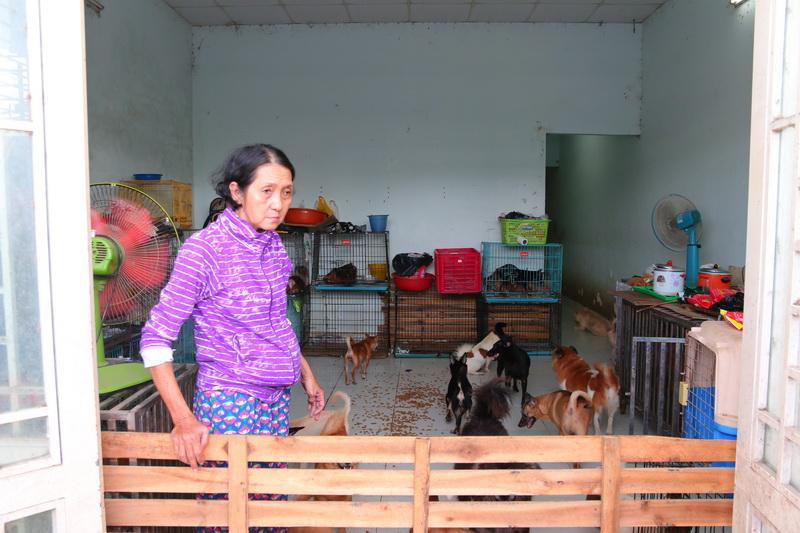 Bà thường xuyên bị hàng xóm phàn nàn vì tiếng chó sủa gây mất trật tự.