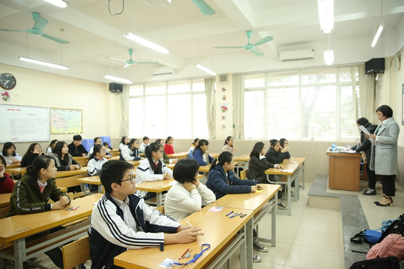 Các thí sinh tập trung vào phòng thi.
