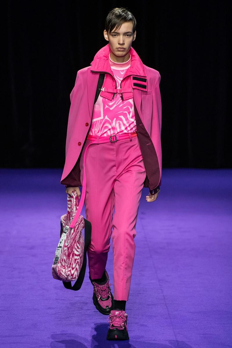 Cả hai bộ trang phục dành cho nam và dành cho nữ đều mang tông màu hồng nổi bật.