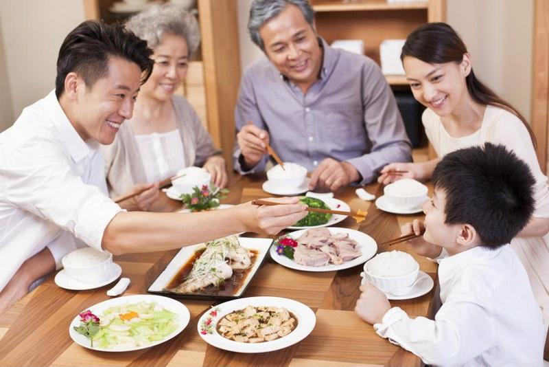 Một bữa cơm với ông bà luôn tạo nên cảm giác ấm cúng, và dĩ nhiên là thêm nhiều tiếng cười của con trẻ