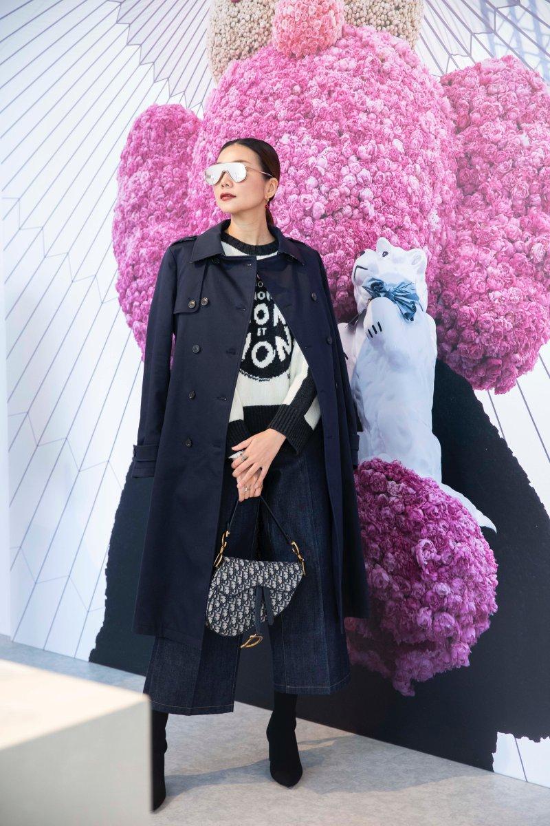 Thanh Hằng mặc áo len trong BST Thu Đông 2018 của Dior cùng chiếc túi Saddle đình đám, làm mưa làm gió trong năm 2018 vừa qua.
