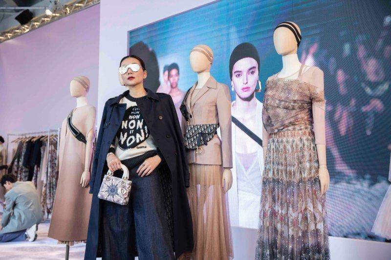 Các thiết kế Xuân Hè 2019 của Dior được NTK Maria Grazia Chiuri lấy cảm hứng từ những vở múa nghệ thuật, nữ tính, nhẹ nhàng mà vẫn vô cùng quyết liệt.