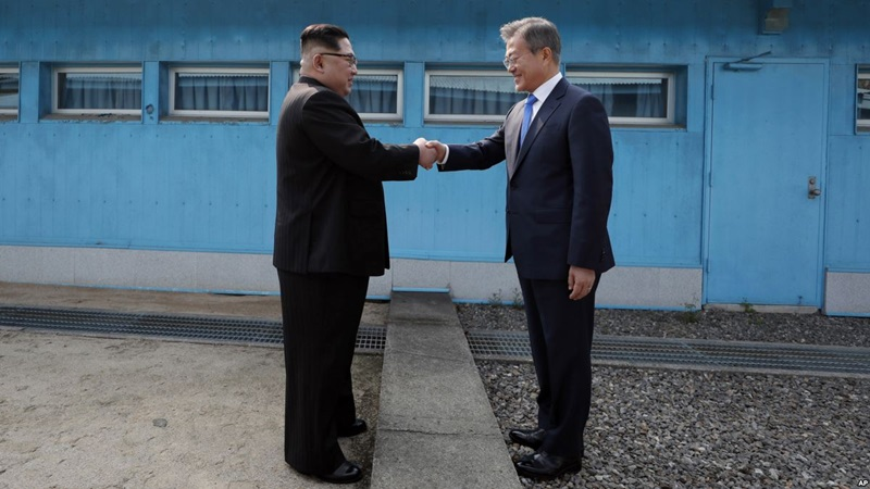 """Tổng thống Hàn Quốc Moon Jae-in và nhà lãnh đạo Kim Jong-un đã dành cho nhau cái bắt tay lịch sử tại khu phi quân sự liên Triều trước khi bắt đầu loạt sự kiện quan trọng trong ngày 27/4. Bức ảnh hai lãnh tụ siết chặt tay nhau chính là """"khúc khải hoàn ca"""" đáng nhớ nhất trong năm 2018. Trong bối cảnh con người còn nhiều chia rẽ và bất cập, cái bắt tay này sẽ hướng người dân đến một cuộc sống tốt đẹp hơn."""