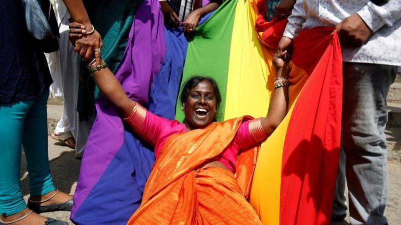 Ngày 10/12/2018, toà tối cao Ấn Độ đã bãi bỏ điều 377 luật hình sự, chính thức công nhận tự do đồng tính. Trước niềm vui quá lớn lao này, người dân tại thành phố Bangalore đã vỡ òa chạy xuống đường ăn mừng. Có lẽ đây là khoảnh khắc hạnh phúc của nhà hoạt động nhân quyền Akkai Padnashali (trong bức ảnh) bởi những nỗ lực của cô đã được đáp đền.