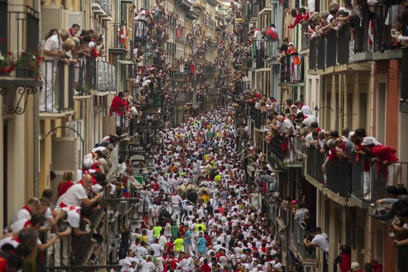 Lễ hội chạy đua với bò tót San Fermin kéo dài 9 ngày ở thành phố Pamplona là một phần không thể thiếu trong văn hóa của người Tây Ban Nha. Cuộc rượt đuổi diễn ra vào ngày 7/7/2018 đã ghi lại hình ảnh đoàn người bùng nổ và phấn khích cùng những bước chạy tràn đầy năng lượng. Sự nào nhiệt khó cưỡng dưới phố đã cuốn hút cả những người từng tuyên bố không thích cuộc chơi điên rồ trên.