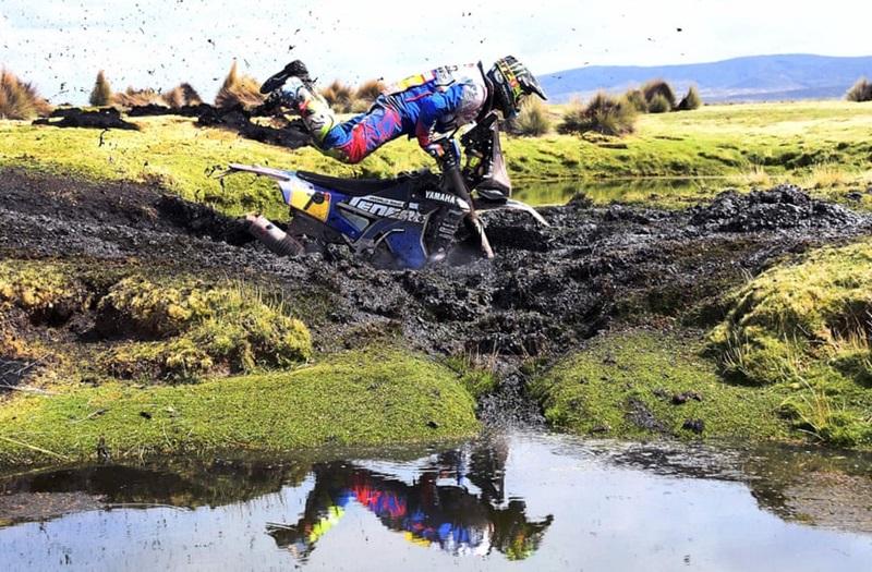 Giải đua xe trường Dakar Rally với tổng chiều dài gần 10.000km là đường đua khốc liệt và lớn nhất hành tinh. Những cuộc rượt đuổi mô tô ác liệt được diễn ra trên đủ dạng địa hình, trong đó có cả những bãi sình lầy và hồ nước. Trong khi một số tránh hố bùn, những người khác bị mắc kẹt ở đó trong 40-45 phút. Bức ảnh ghi lại tay đua Franco Caimi chìm ngập trong bãi sình và đang nỗ lực thoát ra.