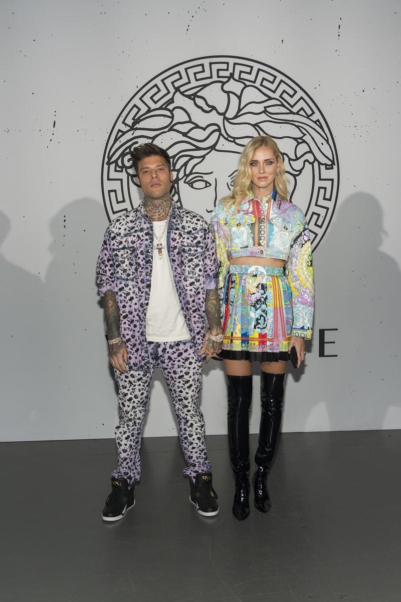 Hai vợ chồng Chiara Ferragni (phải) - Fedez tại show Thu Đông 2019 của Versace.