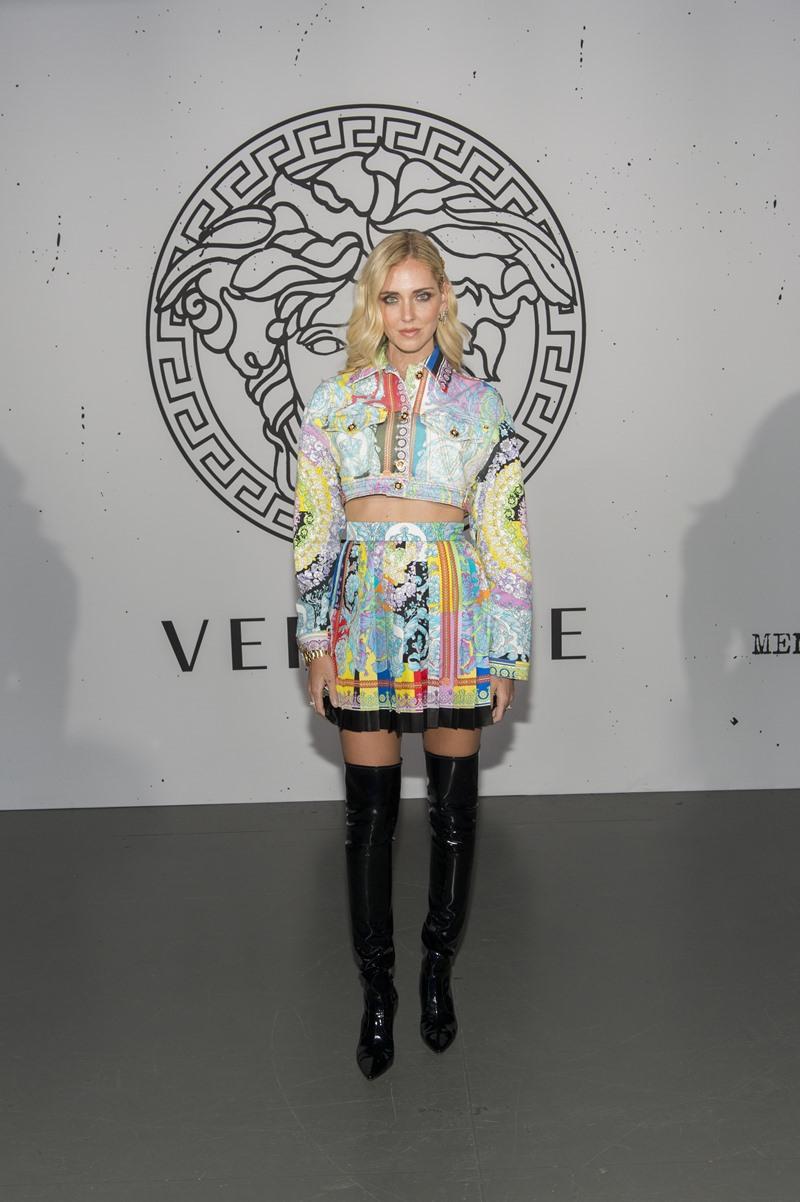 Đệ nhất fashionista Chiara Ferragni mặc thiết kế áo khoác lửng phối cùng chân váy mini xếp pli và boots da cao quá gối.
