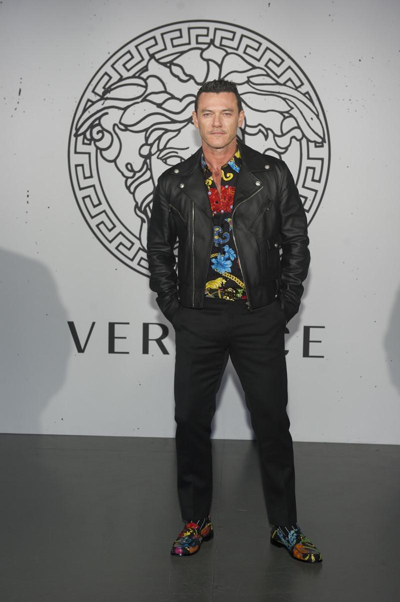 Nam diễn viên Luke Evans là một gương mặt thường xuyên xuất hiện tại các sự kiện lớn của Versace.