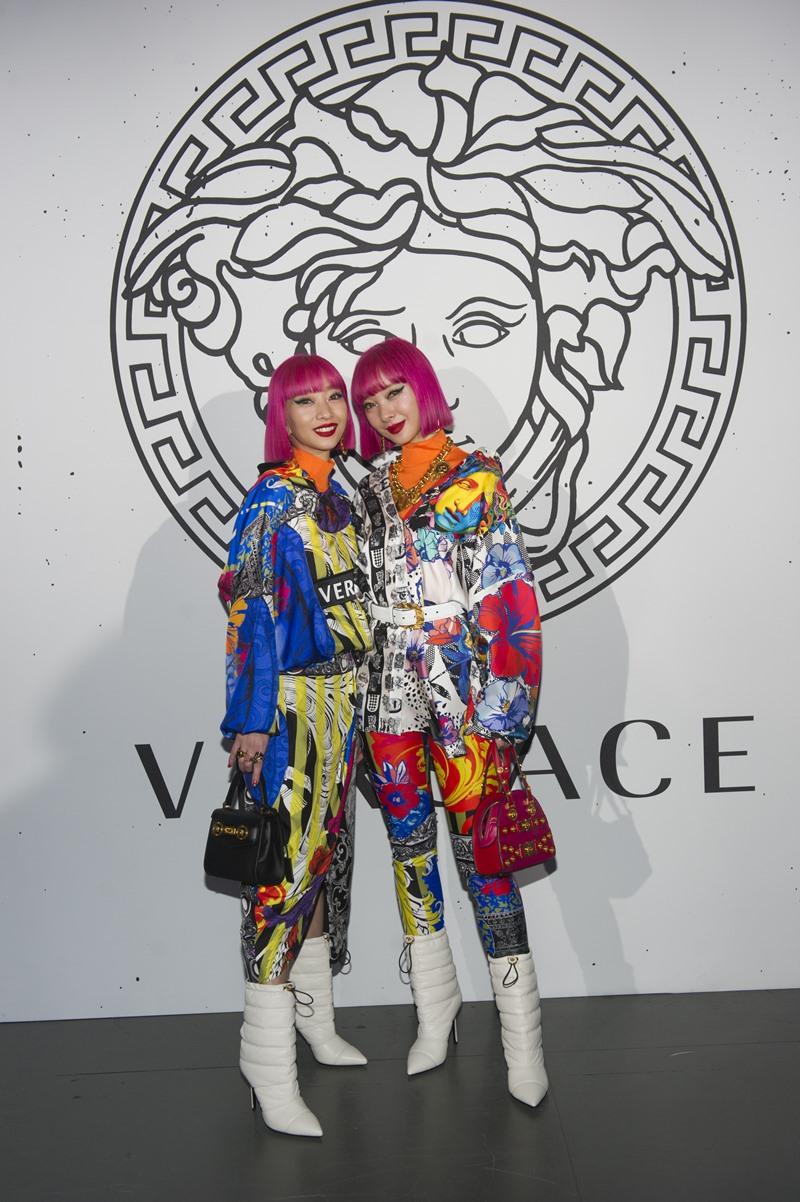 """Cặp song sinh Aya Suzuki và Ami Suzuki tiếp tục """"đổ bộ"""" hàng ghế đầu tại show diễn của Versace."""