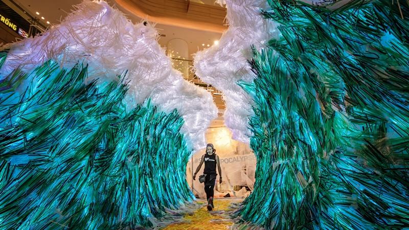 Choáng ngợp với tác phẩm nghệ thuật được làm từ 160.00 ống hút nhựa thu gom từ đường phố Việt Nam