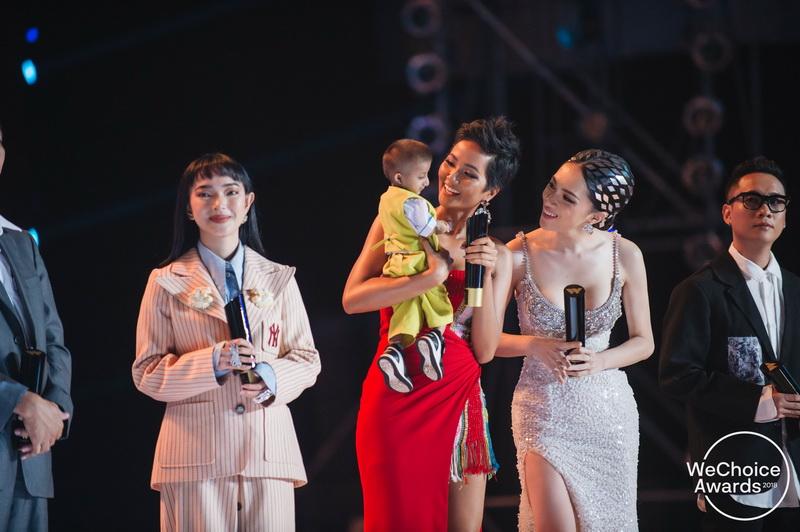 Một trong những khoảnh khắc ấn tượng trong đêm Gala khi cậu bé Đinh Văn K'Rể nhận được sự quan tâm của hoa hậu H'Hen Niê và hoa hậu Hương Giang.