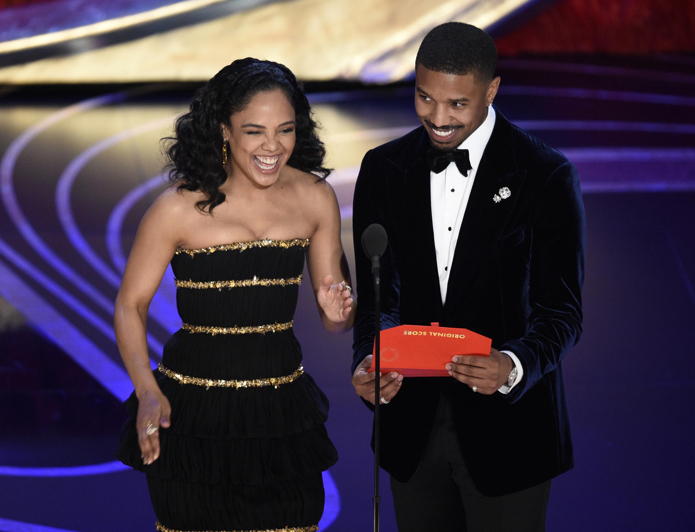 Tessa Thompson trên sân khấu Oscar 2019 cùng nam diễn viên Michael B. Jordan trao giải thưởng Best Original Score.
