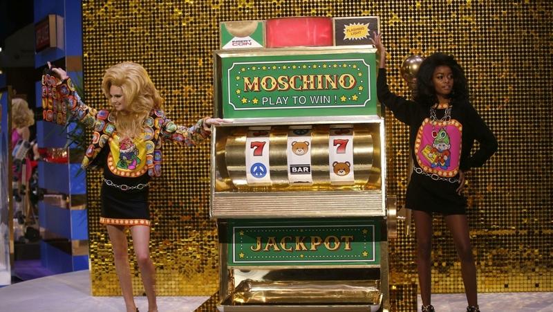 Bên cạnh dàn mẫu mĩ miều là các cỗ máy đánh bạc như Slot Machine (còn gọi là Fruit Machine), bảng trò hơi điện tử,....