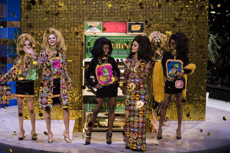 """Sàn diễn thời trang """"Hãy chọn giá đúng"""" độc đáo của Moschino"""