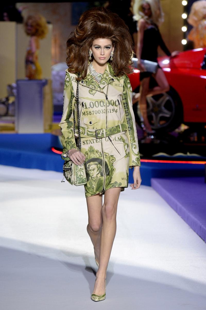 """Kaia Gerber xuất hiện trong bộ váy """"triệu đô"""" được nhiều người ví von rằng nó rất xứng tầm với danh hiệu người mẫu của năm 2018 mà cô đã xuất vượt qua các đàn chị như Gigi Hadid, Winnie Harlow tại British Fashion Awards 2018."""