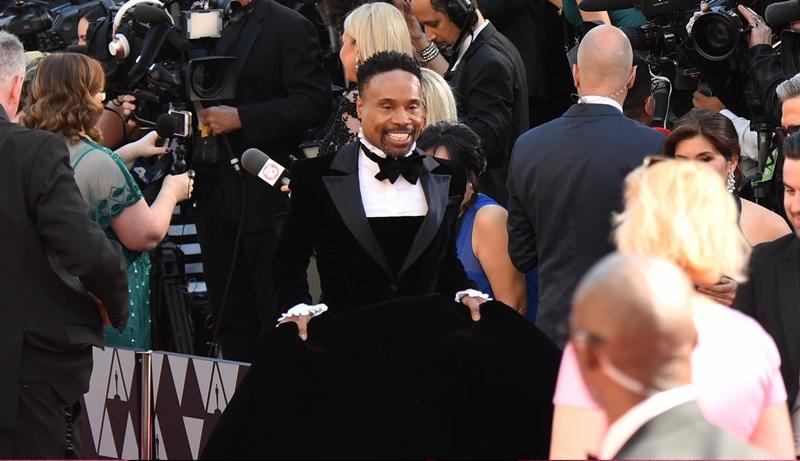 Khuôn mặt của Billy Porter tràn đầy tự tin và rạng rỡ khi sải bước trên thảm đỏ Oscar với bộ váy tuxedo.