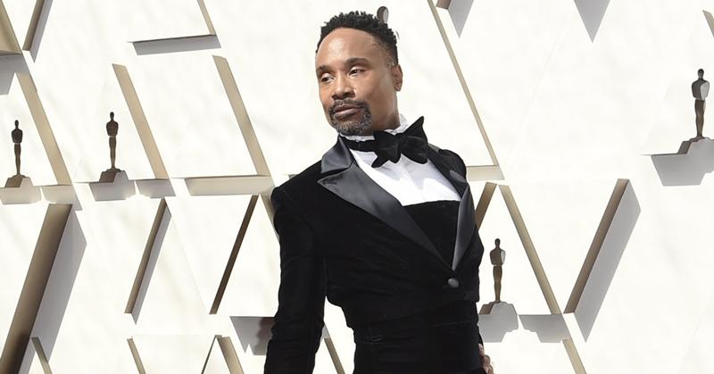 Nam diễn viên xuất hiện cùng thần thái đầy kiêu hãnh và tự hào với trang phục mà anh đang mặc.