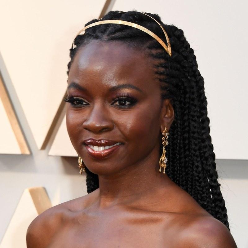 """Ngôi sao của """"Black Panther"""" trông như một vị nữ thần với phần đuôi tóc được thắt từng lọn cầu kỳ và chiếc băng đô ánh vàng sang trọng. Nhà tạo mẫu tóc Larry Skims đã sử dụng thêm sáp để cố định phần tóc con, tạo ra vẻ ngoài gọn gàng và sắc sảo."""