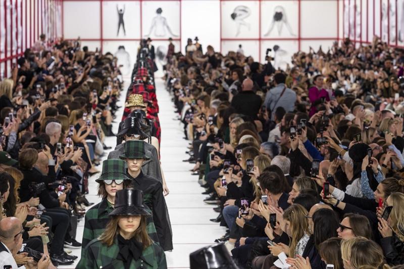 """Một điều trùng hợp là mới đây, nhà mốt này cũng vừa cho ra mắt BST trang sức """"My ABCDior"""" với những món phụ kiện hình chữ cái. Còn ở show diễn Thu Đông 2019 thì Dior lại sáng tạo 29 chữ cái trong bảng chữ cái thành 174 chữ theo người phụ nữ khỏa thân bằng polystyrene."""